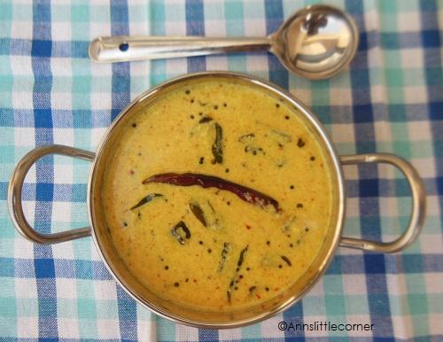 Vendakkai More Kulambu / Ladys Finger Curd Curry